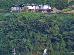 昨日ランチした「道の駅舟屋の里伊根」が高台に見えます