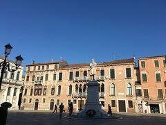 1800年代のイタリアの言語学者の像があるサンステファノ広場 レストランや教会のあるところですが、朝早いので静かです