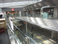 下北沢駅の上は「シモキタエキウエ」 小田急線の改札内を見下ろす駅の商業施設 下に見える通路は改札の中なんですよ