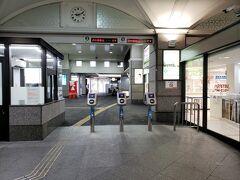 次に来たのは伊予鉄の松山市駅です。伊予鉄のフリーパスは2種類あって、市内電車のみのものと、市内電車・郊外線・バスがすべて使えるもの。泊まっていたサンルート松山では市内電車のみのものは販売していたのですが、共通のものは置いてなかったので駅まで来ました。駅員さんに聞いたところ写真右手の窓口で販売しているとのことで購入しました。残念なことにGoToトラベルの電子クーポンは利用できないとのこと・・・。 窓口の対応はとても丁寧でした。