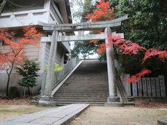 だいぶ上ってきましたがまだ上へと続く階段があります。ものすごく寒いですが紅葉が綺麗でした。