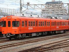 市内線から郊外列車への乗り換えの為に古町駅にやってきました。古町駅は伊予鉄の車庫があり、日中はたくさんの列車が留置されていました。 伊予鉄は数年前に塗装変更があり、かなり赤に近いオレンジ一色塗装になっています。この700系は元々京王5000系だった車両です。  昔伊予鉄の800系を購入した銚子電鉄に入線直後に見に行ったら笠上黒生駅に伊予鉄塗装のまま置いてあったのを撮影しましたが、旧塗装の伊予鉄を見たのはそれが最初で最後になりました。