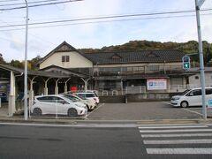 伊予鉄道高浜線の終点の高浜駅にやってきました。駅舎は昭和初期に建てられたものと言われていて趣があります。鉄道はここで終点ですが、高浜港や松山観光港へと繋がっていて、松山市の離島や本州・九州などとも接続されています。 ちなみに高浜駅は明治25年開業ととても古い駅です。