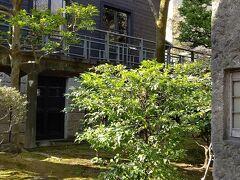 旧乃木邸にはいります灯籠 石柱は門柱として準備されてたけど灯籠に