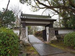 杵築城の駐車場は城山の上の方で助かります。門まですぐ。
