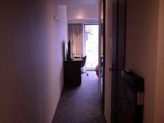 いい時間になったのでホテルにチェックイン、最上階の部屋でした。
