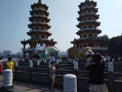 蓮池潭で1番有名な龍虎塔。龍から入って虎から出ると福が来ると言われています。