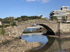 国道383号から平戸城にわたる橋が幸橋。 その架橋は元禄の昔にさかのぼる。 オランダ商館の建造に携わった石工が造ったことから、別名「オランダ橋」と呼ばれている。