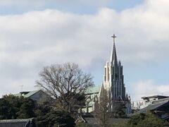 車窓から遠くに見えるのは、平戸ザビエル記念教会。 鹿児島に上陸したザビエルは、その後外国船の寄港地である平戸に拠点を移し、日本国内での布教活動を続ける。
