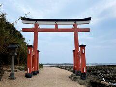 砂の山道を通って青島神社を参拝します。