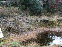 高千穂峡・神硯の岩 1792年7月 高山彦九朗氏が訪れた際、紀行文「筑紫日誌」に記したそうで・・ 上部から硯(=すずり)の形に見えるという、岩がありました。
