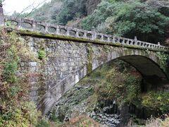 高千穂峡 高千穂三段橋で最も年季を感じた、石造りの神橋を横目に見て・・