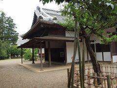 弘道館正庁玄関 正面に斉昭自筆の「弘道館」扁額が掲げられています。なお舞良戸(まいらど)には、明治元年(1868年)の弘道館の戦いの際の弾痕が遺っているそうです。