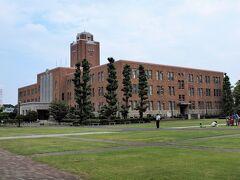 調練場跡 砲場・弓砲場・馬場・鉄砲場などがあった軍事練習場でした。 現在は茨城県三の丸庁舎と茨城県立図書館があり、芝生の広場は子どもたちの遊び場になっているようです。  いつもご訪問ありがとうございます。 今年の大河ドラマの予告などを見て、そういえば・・・ということで急遽思い出しての「思ひ出つづり」です。 最後までお付き合い頂きまして誠にありがとうございました。                        ・・・☆紅映☆・・・