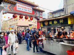 参拝客の多くがここへ流れる。夜市に入ってすぐのところにある「福州世祖胡椒餅」は有名。