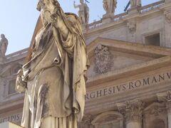 サン・ピエトロ大聖堂へ入場するために並んでいるところです。  入り口がちかづいていきます。