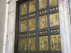 こちらは聖なる扉という金が用いられた扉です。  サン・ピエトロ大聖堂には5つ扉がありますが、一番右の扉がこちらです。  25年に一度開かれます。