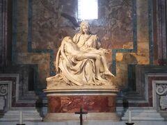 順番がまわってきたので中に入ります。  ミケランジェロのピエタがあります。これは必見です。  死せるキリストを抱えた聖母マリア。  ミケランジェロが25歳のときに彫ったものだそうです。傑作ですよね。聖母マリアの表情と、死んでしまって体がだらーんとしてしまったところなど筋肉の見せ方がとても素晴らしいと思います。