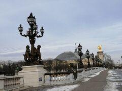 アレクサンドル3世橋。日の当たらない部分は雪が少し残っていました。