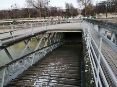 2重構造になっているソルフェリーノ橋ですが、下方の部分は水没していて通行止め。