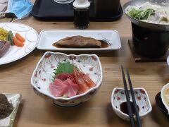 田端屋の美味しい夕食 何とか完食 この後、最年長のTさんと部屋飲み そのおかげか23時すぎの地震に気づかず