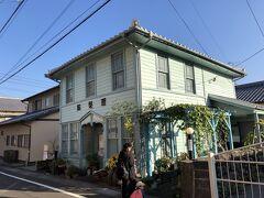 島原城から駅に向かう途中にあった青い理髪舘。 1923年に建てられた和洋折衷の建築様式の床屋さんは、いまカフェとして営業中。 国の登録有形文化財だそうな。
