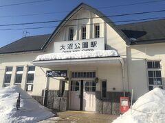 次の駅大沼公園駅に到着。 一面の雪景色 標高も高く函館市内と残雪量が違います。