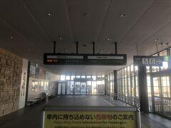 ホテル前の熱帯植物園のバス停から8:18分のバスに乗り函館駅へ  市営バスは使えたのですが電車はSuica使えないのね