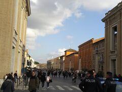 お店を出て、サン・ピエトロ広場からまっすぐ続く道、コンチリアツィオーネ通りを歩いています。