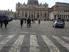 後ろを振り返るとサン・ピエトロ大聖堂とサン・ピエトロ広場が。