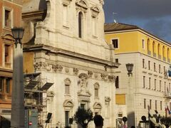 通りの中ほどに、サンタ マリア イン トランスポンティーナ教会があります。  真っ白な大理石のファザード。