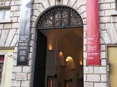 ローマ博物館。立派な名前がついてますが、名前負けしてるかな。あまり大したものはない博物館です。  もともとは宮殿です。
