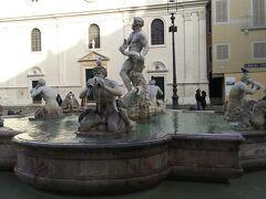 目当てのナヴォーナ広場につきました。  ナヴォーナ広場には3つの噴水があります。  こちらはムーア人の噴水。  ベルニーニが1653年に製作しました。真ん中のイルカと戦う人がムーア人に似てたから、この名前がついてます。