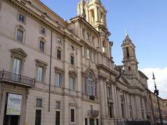 ナヴォーナ広場にはドームと双塔のあるサンタニェーゼ イン アゴーネ教会があります。  ファザードがナヴォーナ広場に面していて、かなり大きな教会ですよー!