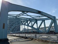 足立市場を抜けると現在の日光街道に合流。 合流するとすぐに隅田川にかかる千住大橋が見えてきます。