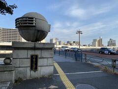 そばにはまたしても隅田川が流れています。 こちらは隅田川を渡る両国橋。
