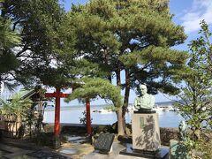 加賀屋2代目館主小田興之正の銅像があります。