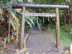 雨も激しかったので、暫く部屋で休憩。やがて雨も止んできたので近くをお散歩です。まずは小笠原神社へ。