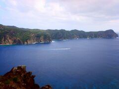 島の北西にある長崎展望台に行ってみます。遠くに見えるのが兄島です。こちらは無人島です。たまたま昨日の海洋ツアーで一緒だったおばさん四人組とバッタリ会いました。歩いてきたみたいです。