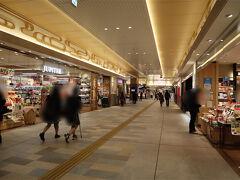 松江駅、思ってたより栄えてて良かった! しかし買おうとした駅弁屋さんは18:30終了してしまいました。島根牛味噌温玉弁当食べたかったのにぃー(;o;) 代わりにセブンで夕食と、近くのお土産屋さんで地ビールを購入。