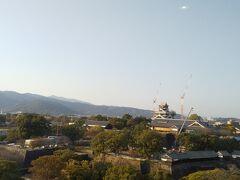 ところ変わって、熊本市役所からの熊本城。  14階が解放されていて、全景が見渡せました。  あんまりもう時間がないなと思いつつ、お城に向かいます。