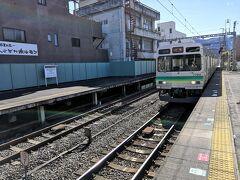 西武秩父駅からは5分ほど歩いて秩父鉄道の御花畑駅へ。秩父鉄道の列車が入線してきました。
