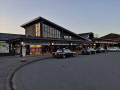 モダンな西武秩父駅、構内の窓口で特急の切符を購入しました。西武秩父-所沢で500円でした。