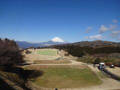 今回は東名高速道路を使わず、国道一号線で静岡に向かいます。  途中の箱根峠にある古いゴルフ場の駐車場からの富士とコースの眺めです!
