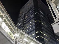 ゆっくり歩いてホテルに戻ります。  これがグランヒルズ静岡の全景ですが、今回はこのビルの上層階、24階の西側にお部屋があります。