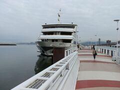 桟橋に停泊する大型客船ビアンカです。料金は大人一人2,000円です。