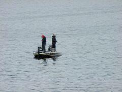 琵琶湖で釣りをする人々。