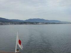 琵琶湖を行くクルーズ船。