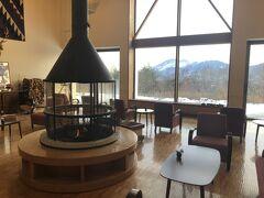 嬬恋の宿あいさいに3連泊してスキー三昧です。 パルコール嬬恋スキー場まで車で5分の好立地。周りに店はないので必要な買い出しは途中で済ませましょう。 広ーいロビーには暖炉があり、雰囲気いいです。