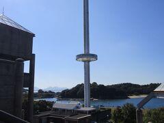 円盤みたいな「瀬戸大橋タワー」 料金は大人800円です。  私達は乗りませんでしたが、あの円盤が上に上がって行きますので、良い景色が眺められるでしょう!